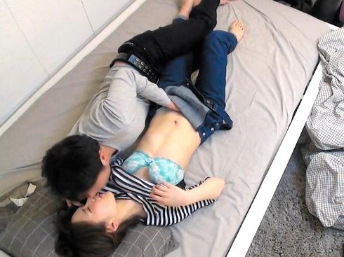 【素人ナンパ】アパレル店員のショートカットが可愛い美少女を連れ込み口説き落としベッドに押し倒してセックスしたのを隠し撮り!