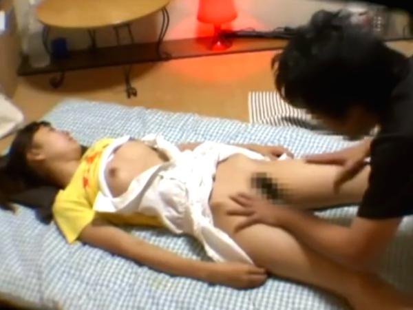 【昏睡レイプ】ポニテロリの可愛い美少女が睡眠薬を盛られ眠らされる!意識のない無防備なロリっ子をイタズラして犯す鬼畜男!