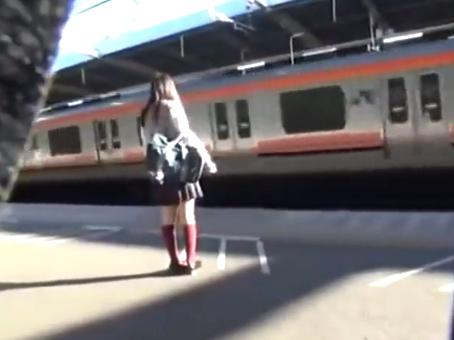 【痴漢】 電車で勉強する真面目で可愛い美少女JKが痴漢される!マ◯コを弄り倒されヌプッと指を挿入し膣内を掻き回されて潮吹きイキ!